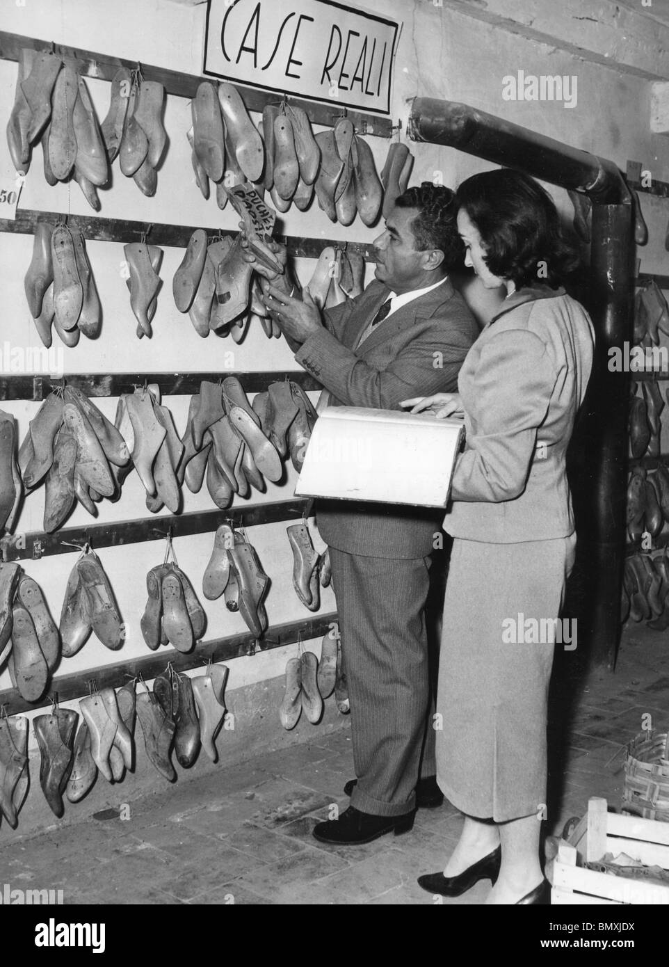 SALVATORE FERRAGAMO (1898-1960) Italian shoe designer at his Via Manelli workshop in Florence about 1955 - Stock Image