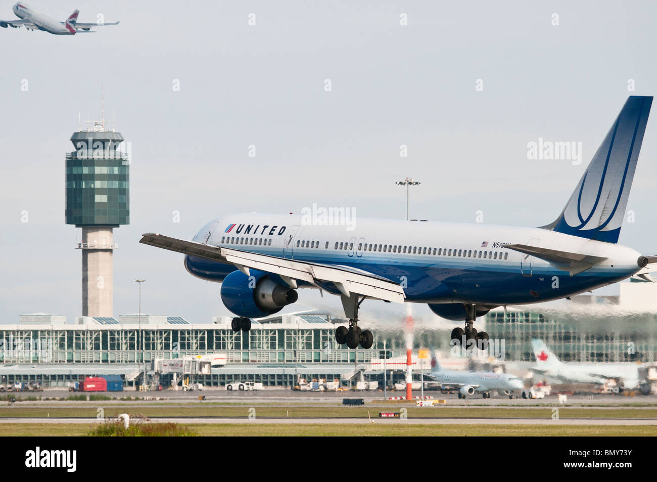 A United Airlines Boeing 757 jet airliner lands at Vancouver International Airport (YVR). - Stock Image