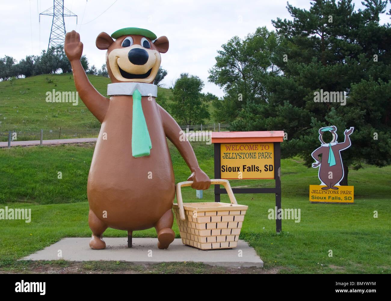 Yogi Bear Waving At The Jellystone Park In Sioux Falls South Dakota Stock Photo Alamy