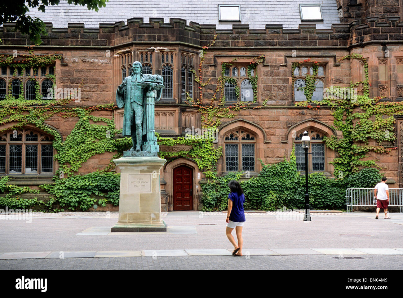 USA Princeton University Students on Campus in Front of East Pyne Hall and Statue of John Witherspoon Princeton - Stock Image