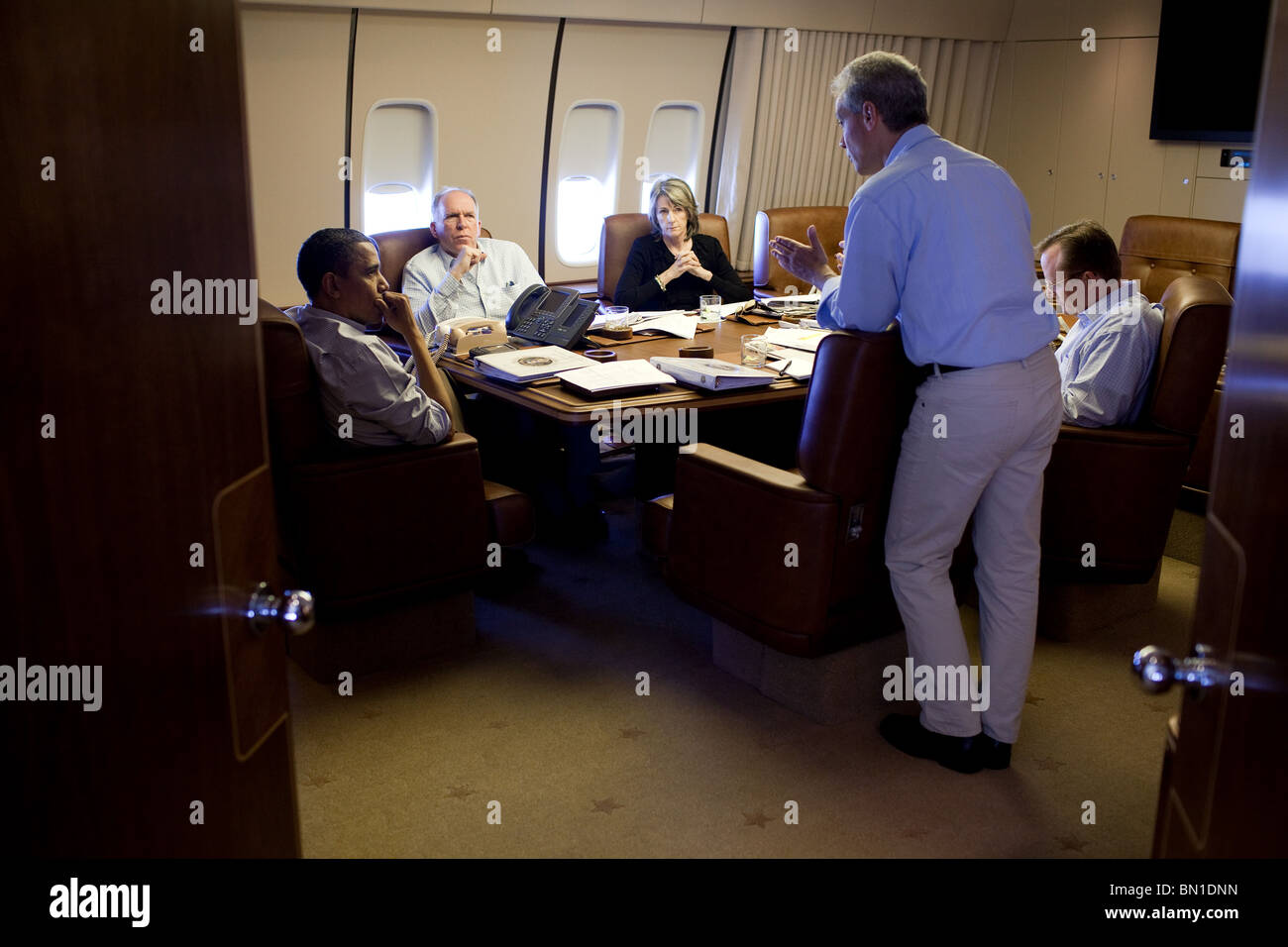Barack Obama listens to Chief of Staff Rahm Emanuel, right, during a briefing on the BP oil spill in the Gulf of - Stock Image