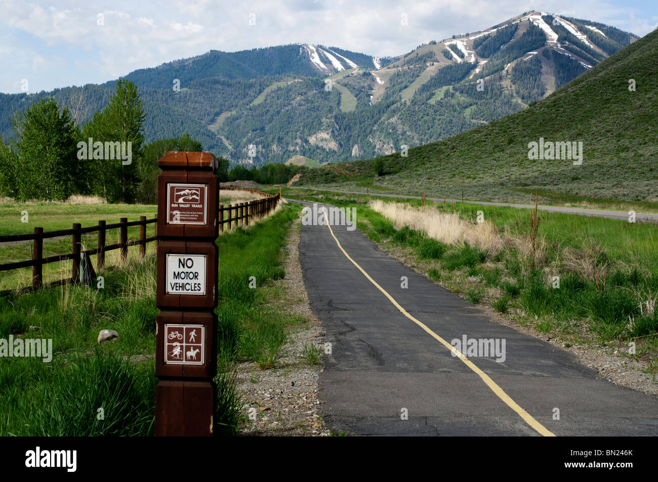 The walking trail outside Sun Valley looking west toward the ski slopes - Stock Image