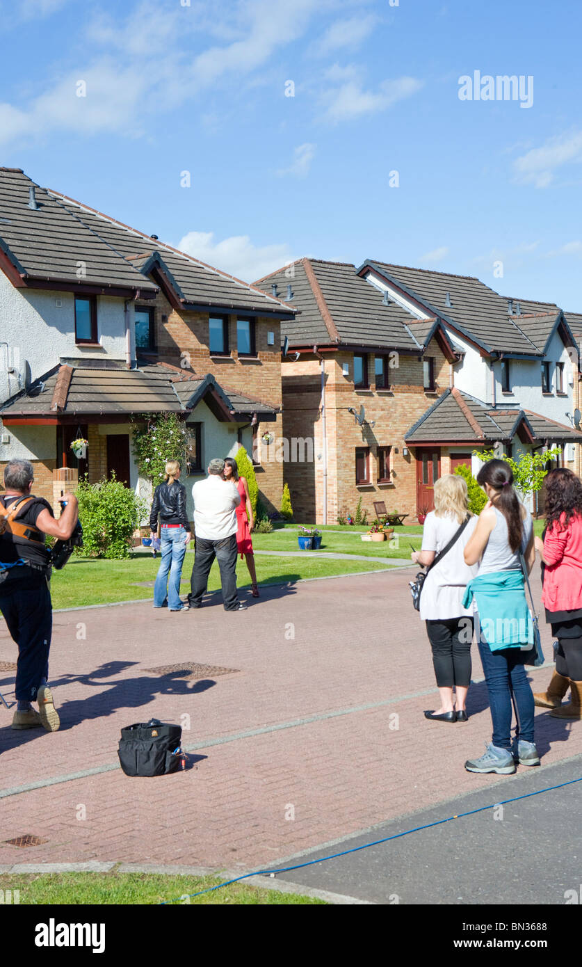 TELEVISION CREW FILMING ADVERT IN SUBURBAN STREET - Stock Image