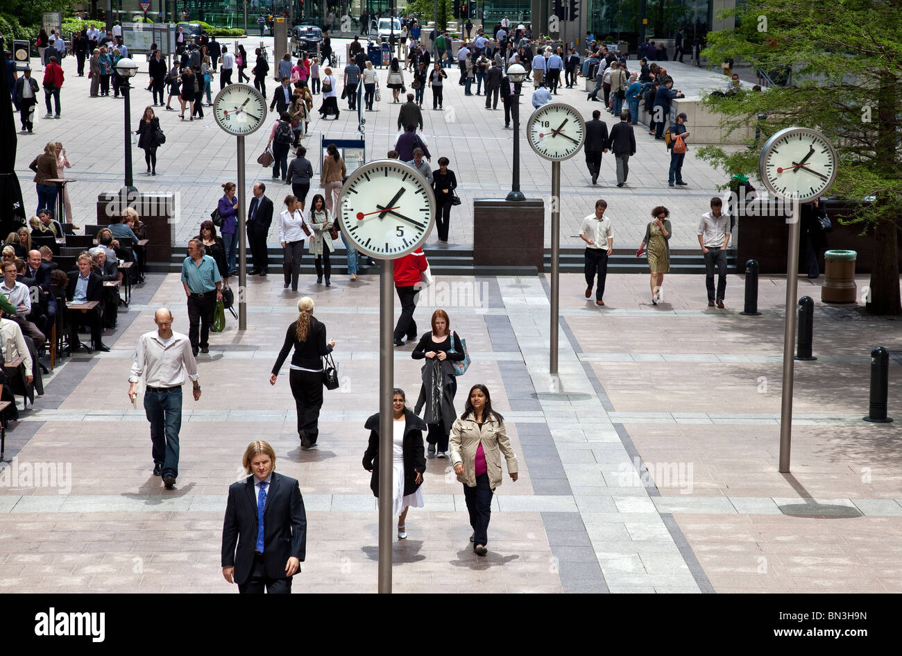 Businesspeople in Canary Wharf, the new financial centre in the Docklands of London - Stock Image