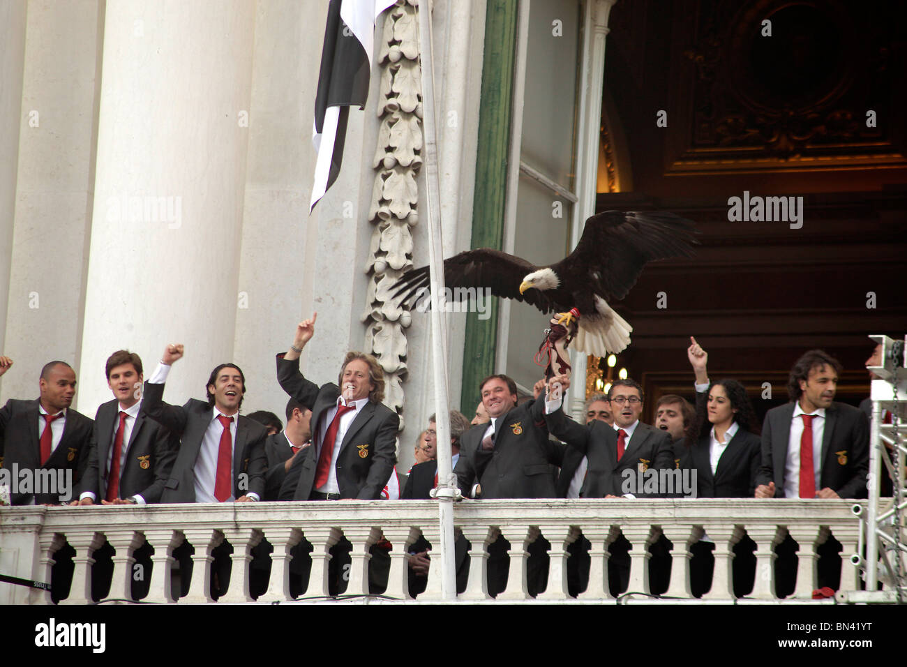 Team, eagle and officials of Benfica Lisbon celebrating the portuguese soccer championship 2010 on the balcony of - Stock Image