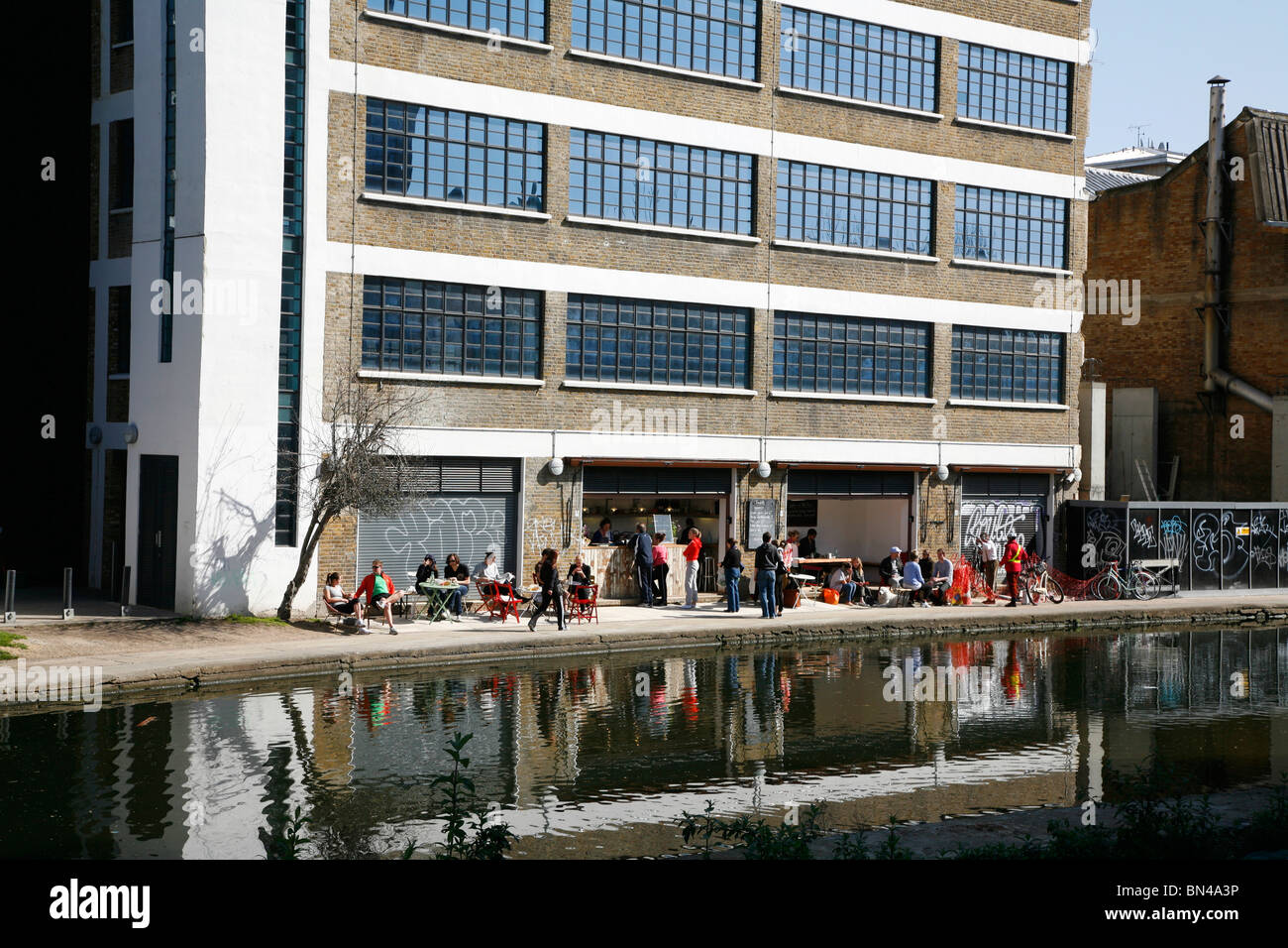 Towpath restaurant on the banks of the Regent's Canal at De Beauvoir Town, Islington, London, UK - Stock Image
