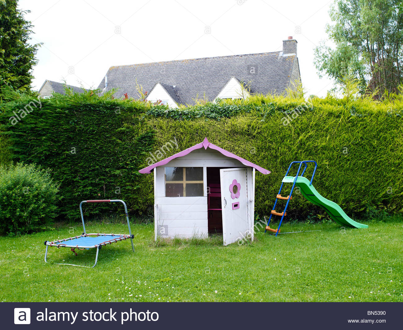 Pink Wendy House for children to play in in a garden Stock Photo