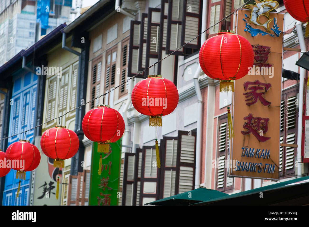Red lanterns and traditional shophouses Chinatown Singapore - Stock Image