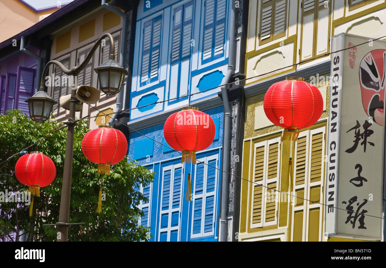 Red lanterns and traditional shop houses Chinatown Singapore - Stock Image