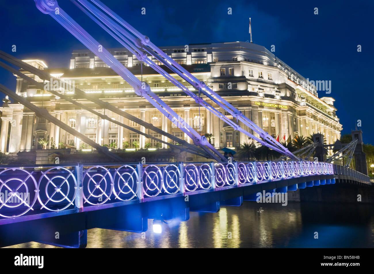 Cavenagh Bridge and Fullerton Hotel Singapore - Stock Image