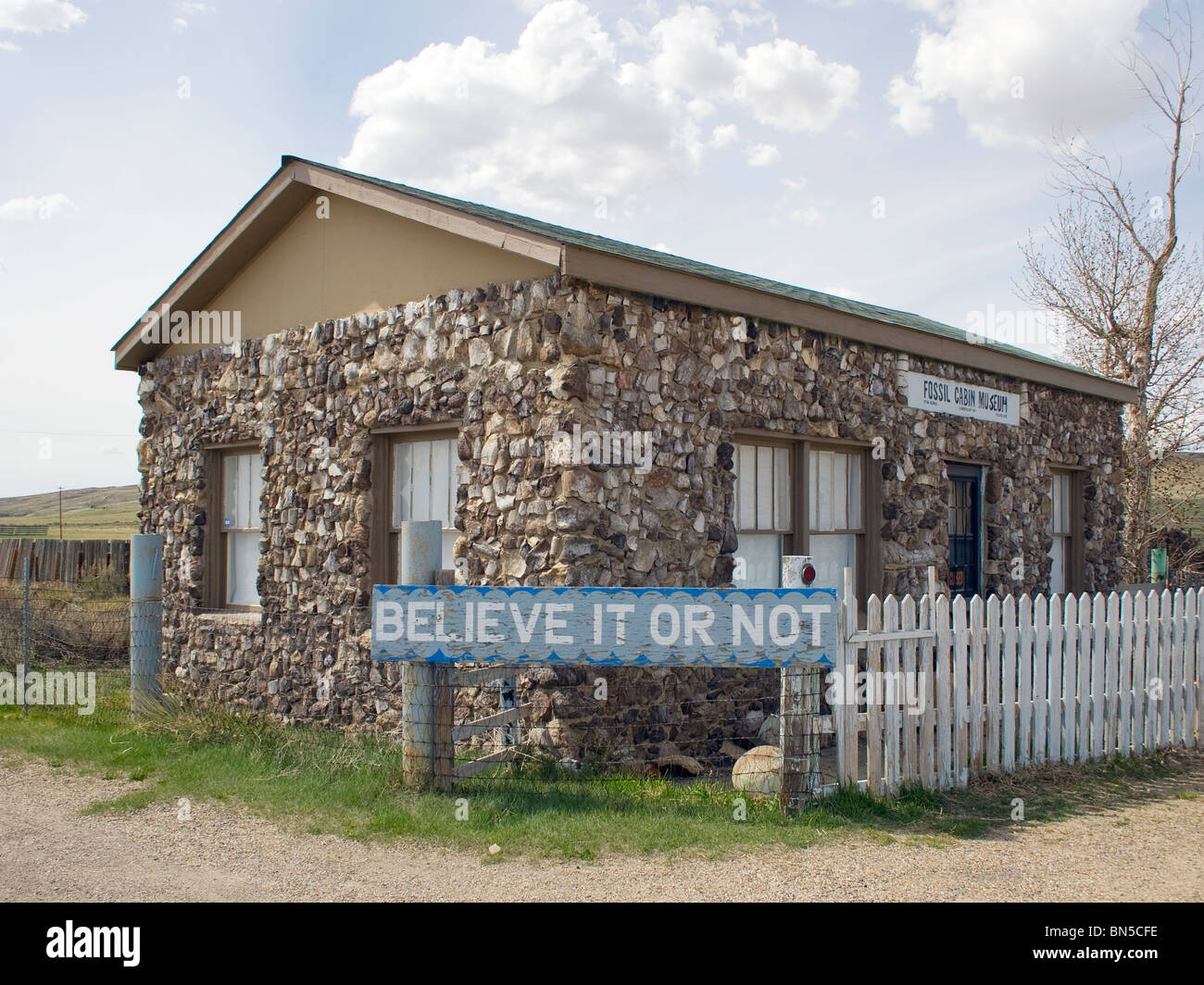 The Fossil Cabin Museum in Medicine Bow, Wyoming is made out dinosaur bones. - Stock Image