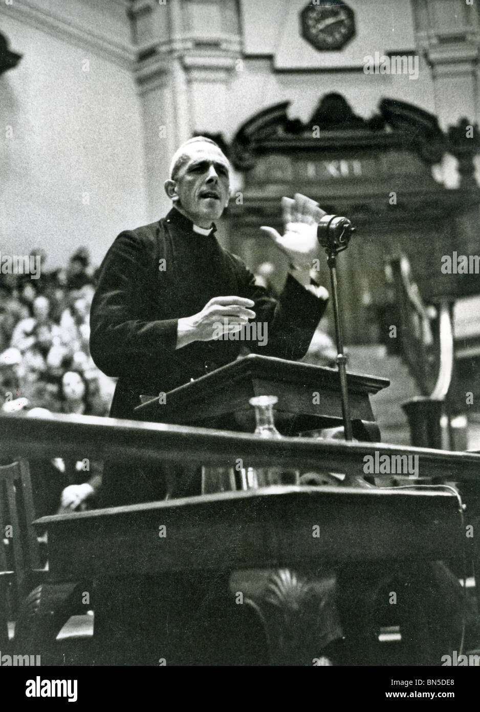 TREVOR HUDDLESTON (1913-98) Anglican priest making an anti-apartheid speech at Central Hall, Westminster about 1958 - Stock Image