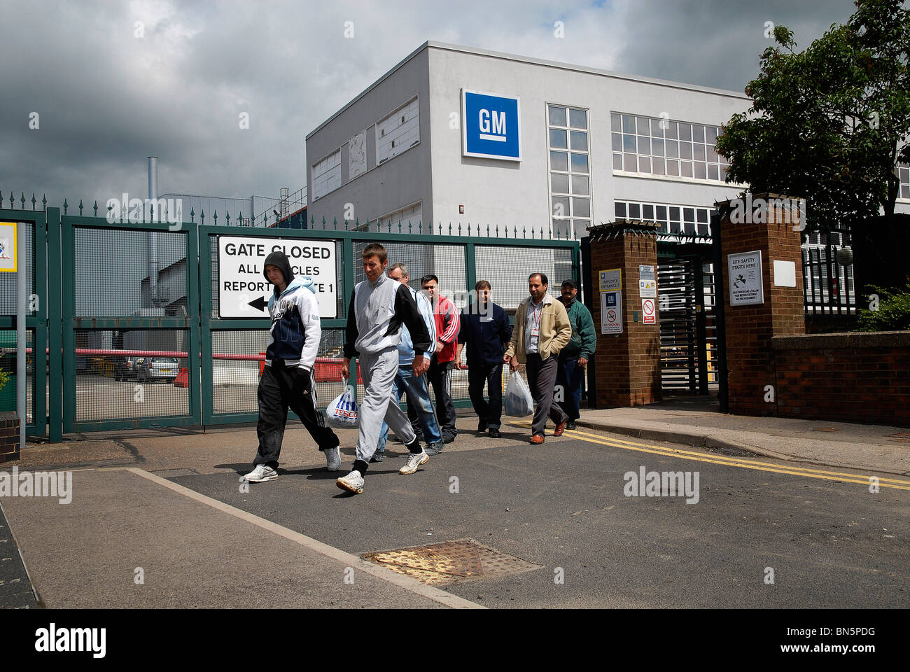 Cleaners leaving the GM Vauxhall factory in Luton, Beds Stock Photo