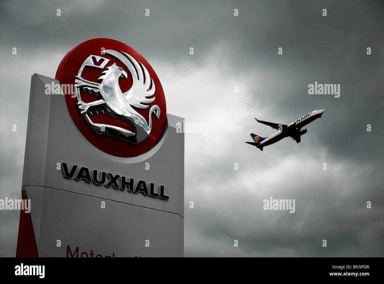 Plane takes off from Luton airport near the GM Vauxhall factory in Luton - Stock Image