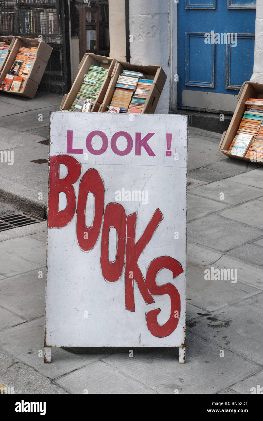 'Look! Books' sign outside a secondhand bookshop in Edinburgh. - Stock Image