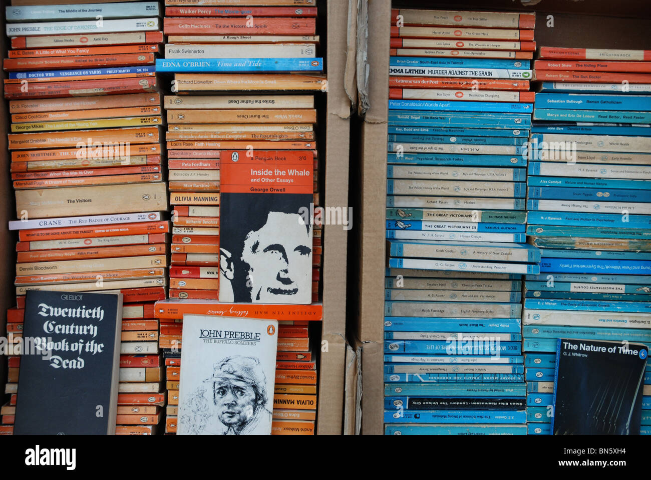 Penguin and Pelican paperbacks at a secondhand bookshop in Edinburgh. - Stock Image