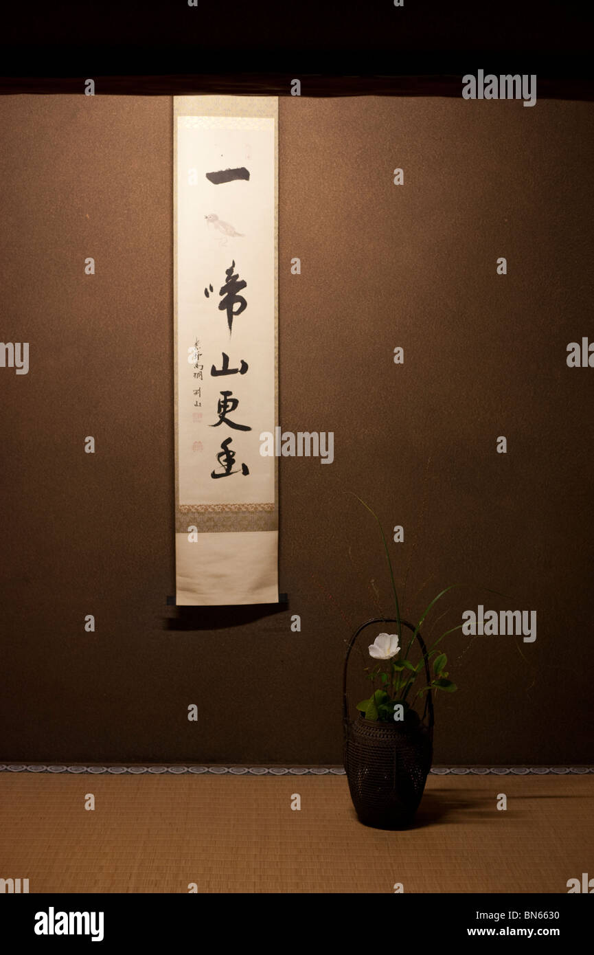 A hanging scroll of shodo (Japanese calligraphy) and an ikebana flower arrangement decorate the Koto-in Temple. - Stock Image