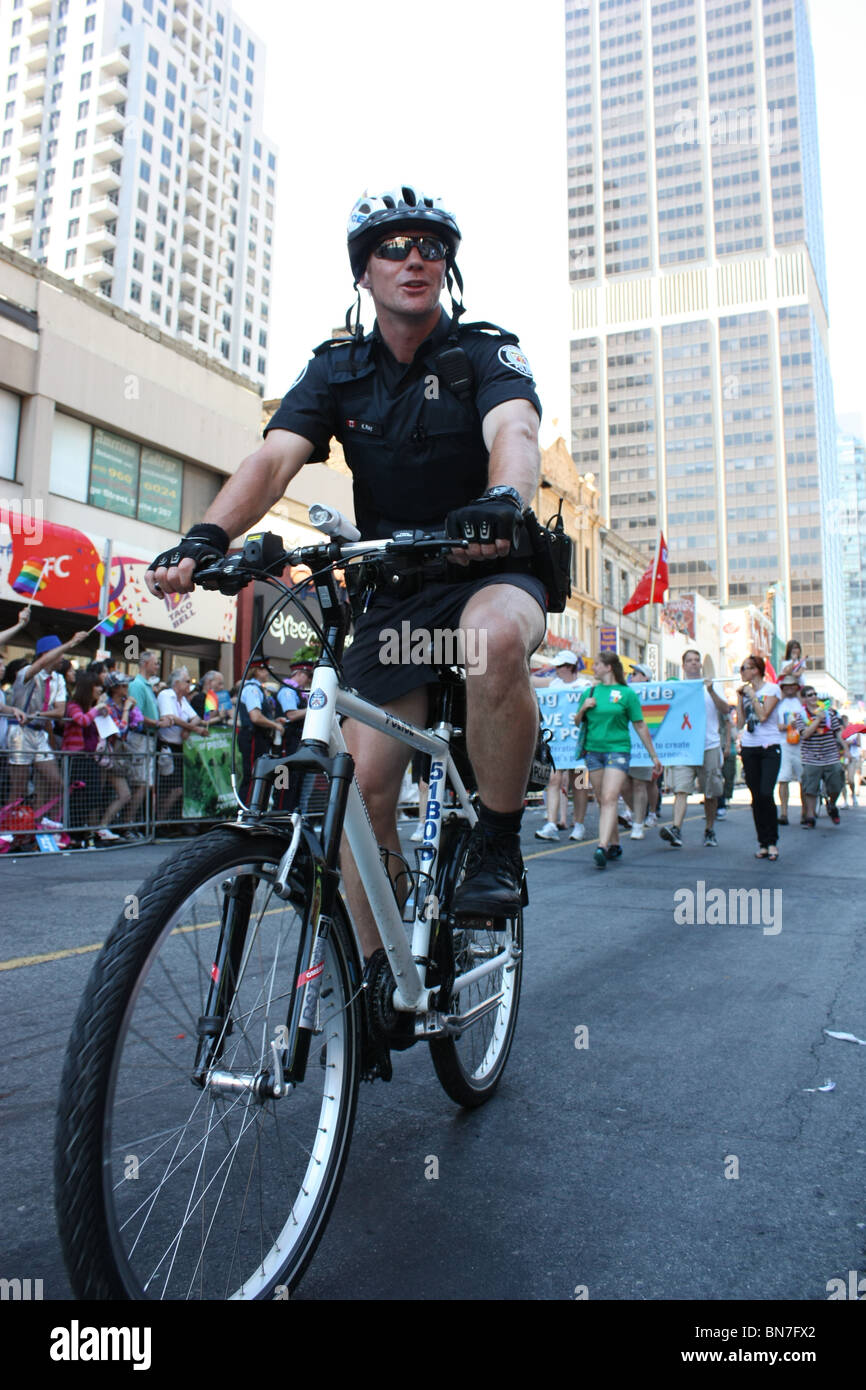 Policy officer riding bike - Stock Image