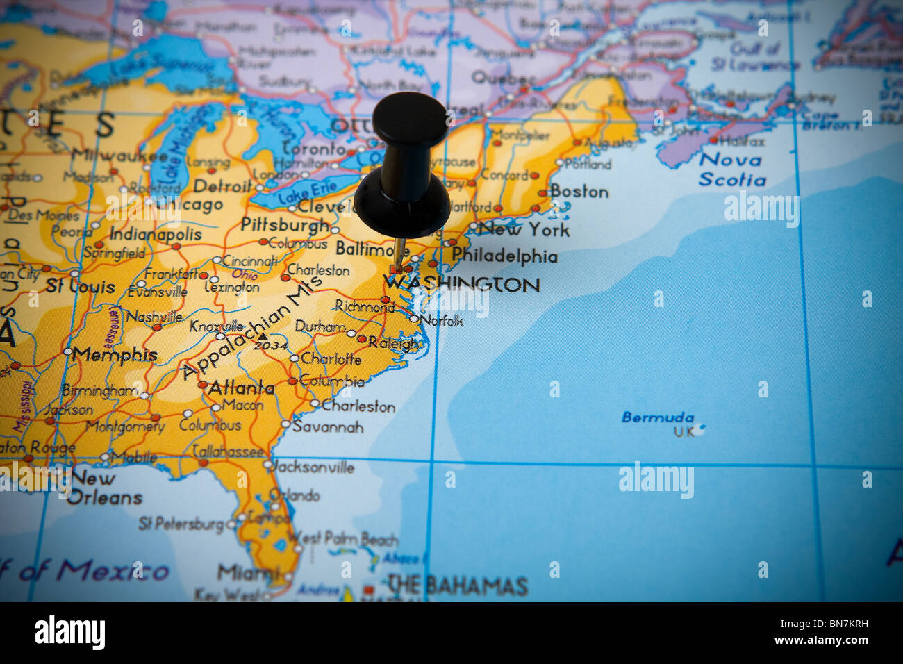 Small pin pointing on Washington USA in map of North America Stock