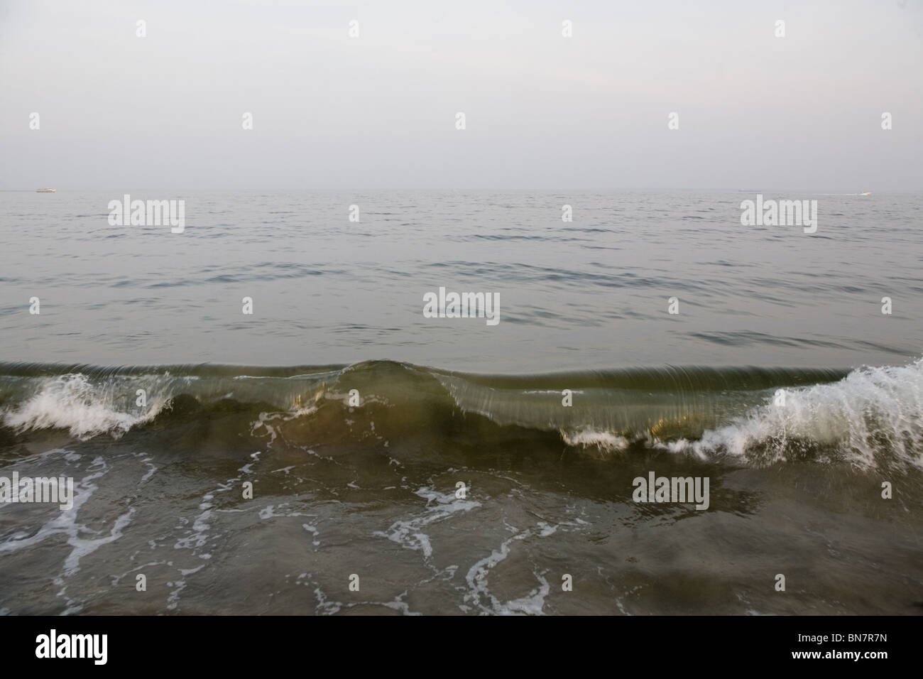 Breaking wave off Brighton Beach Brooklyn, NY. - Stock Image