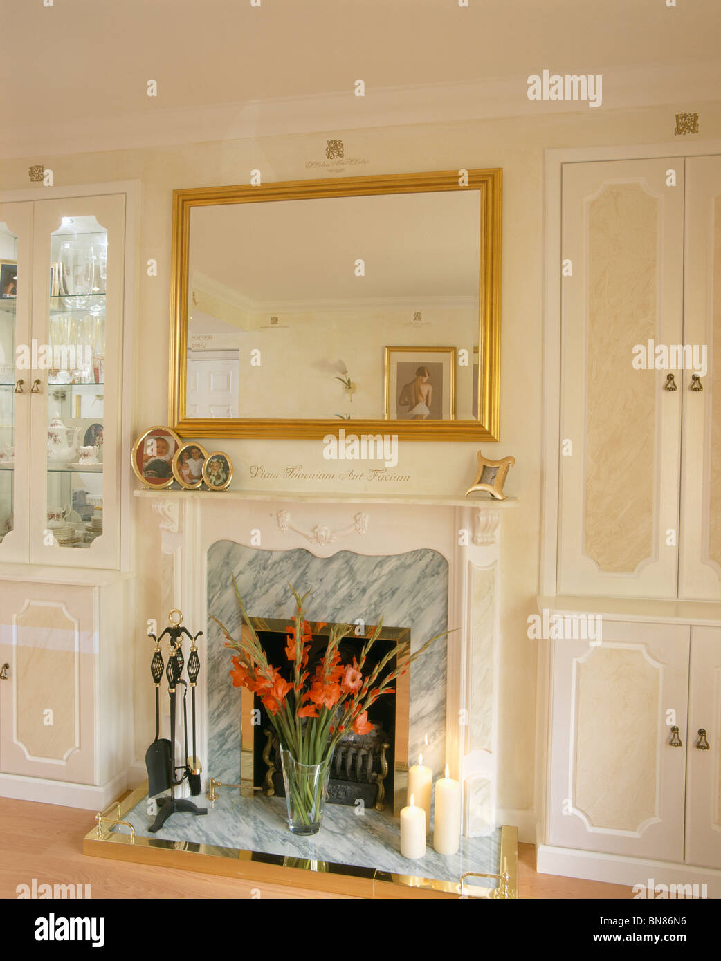 Mirror Above Fireplace In Neutral Stock Photos & Mirror Above ...