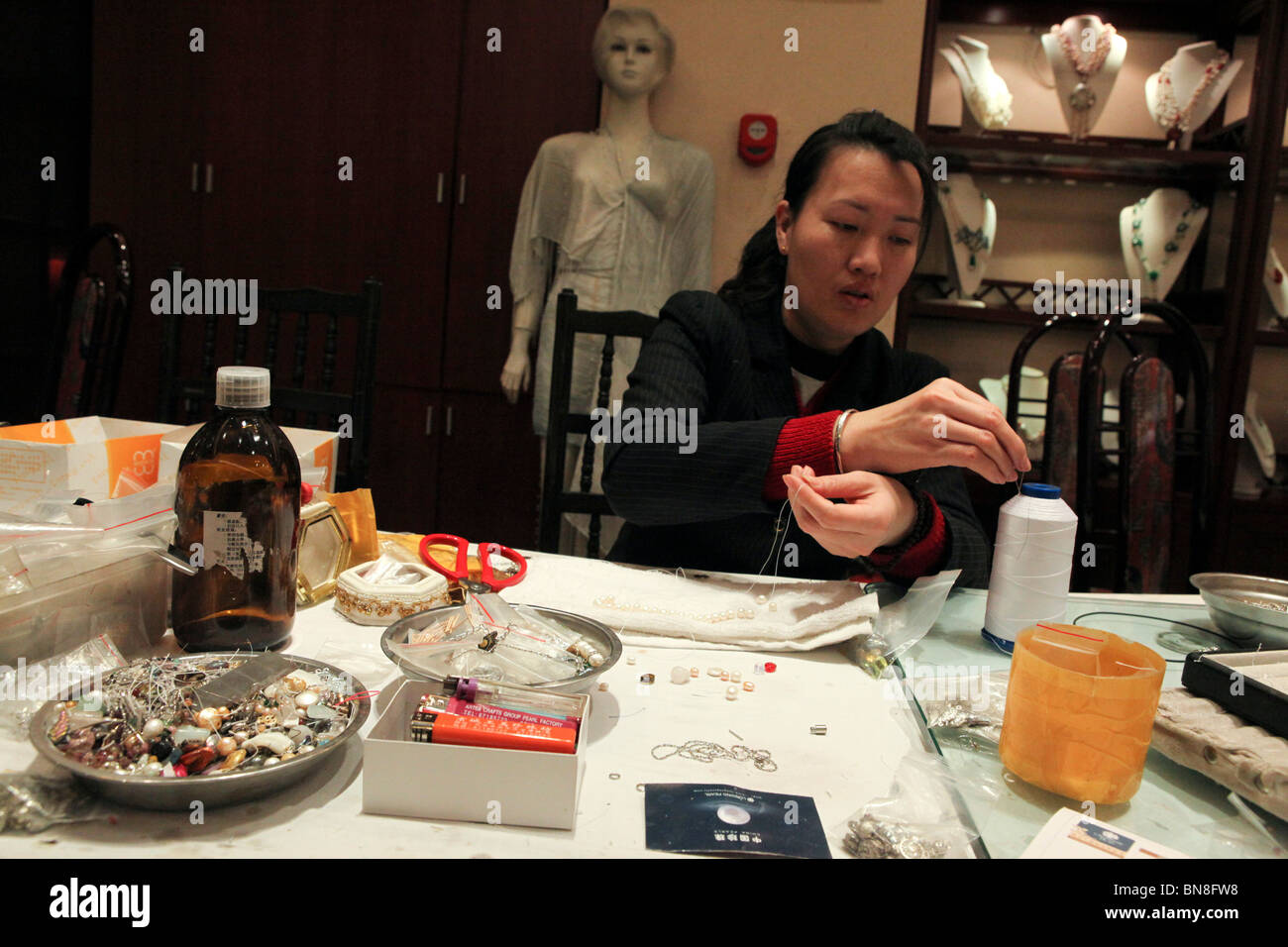 China Beijing Woman Working In A Pearl Factory Showroom Stringing