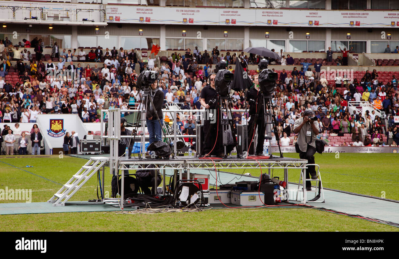 TV cameramen at the 2010 London Global Day of Prayer. West Ham United Football Club, Upton Park, London, England. - Stock Image
