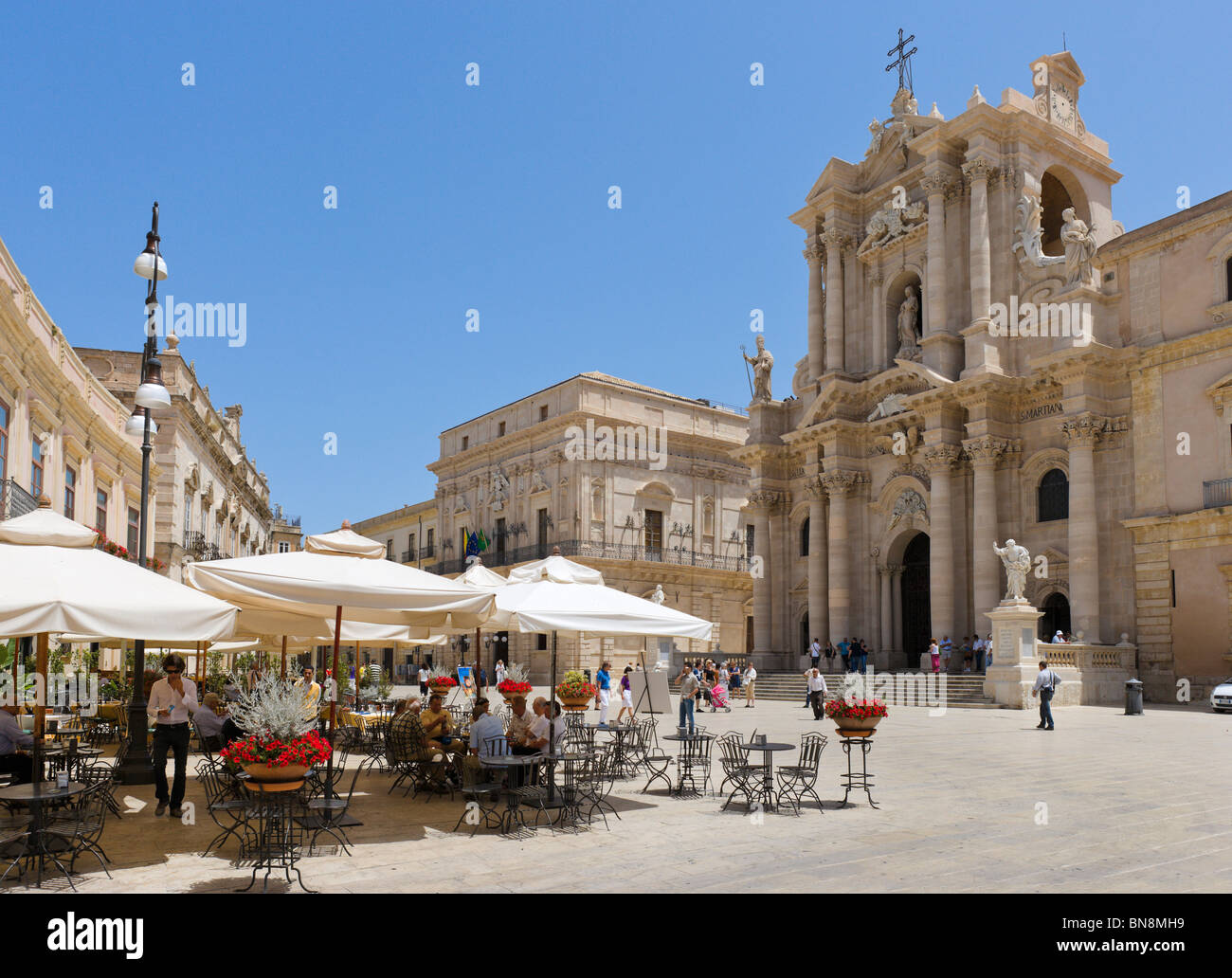 Pavement cafe in the Piazza del Duomo with the cathedral behind, Ortigia, Syracuse (Siracusa), Sicily, Italy - Stock Image
