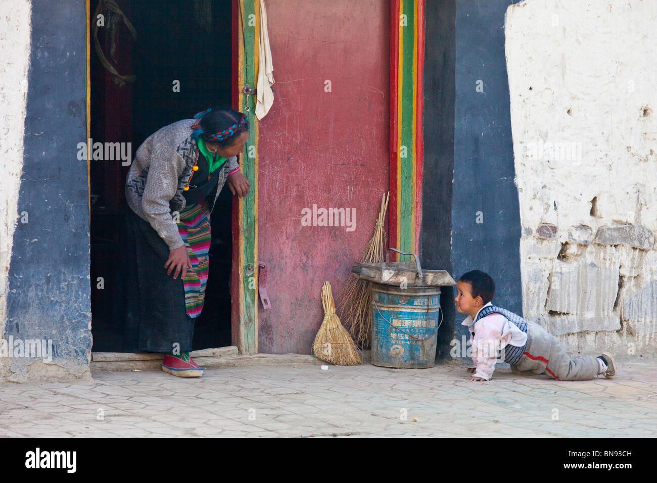 Grandmother and grandson in Gyantse, Tibet - Stock Image
