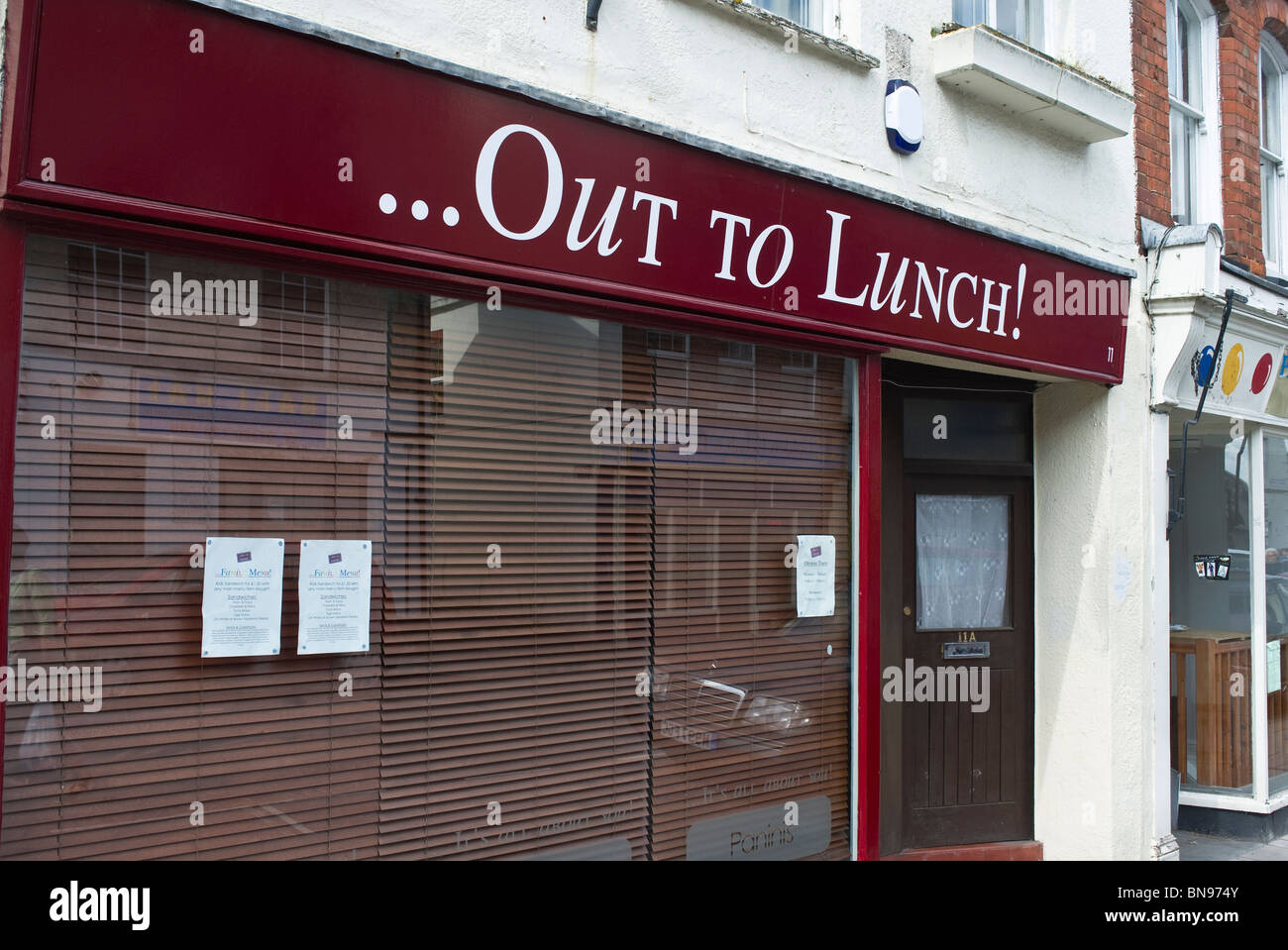 Shop 'Out To Lunch' with drawn shutters - Stock Image