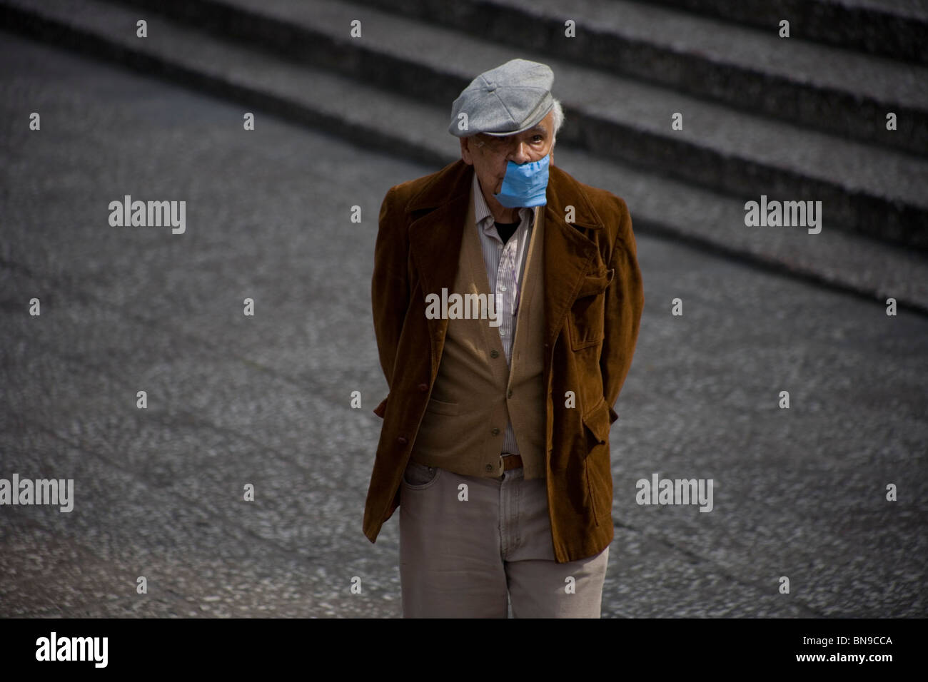 An elderly man wears a surgical mask as a precaution against pollution in Mexico City, November 26, 2009. - Stock Image