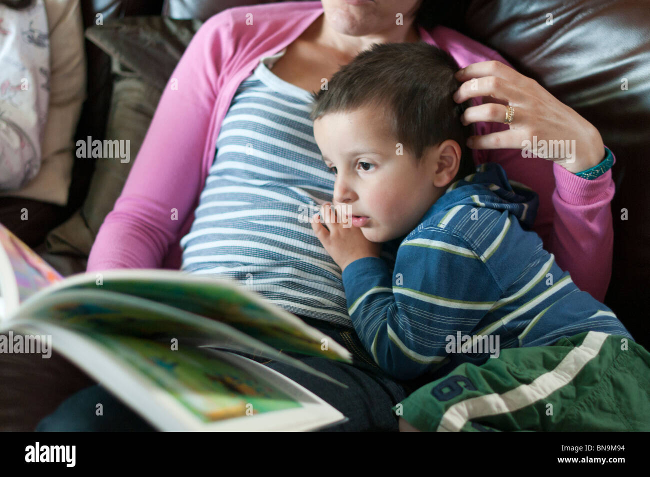 Mother reading bedtime stories to child - Stock Image