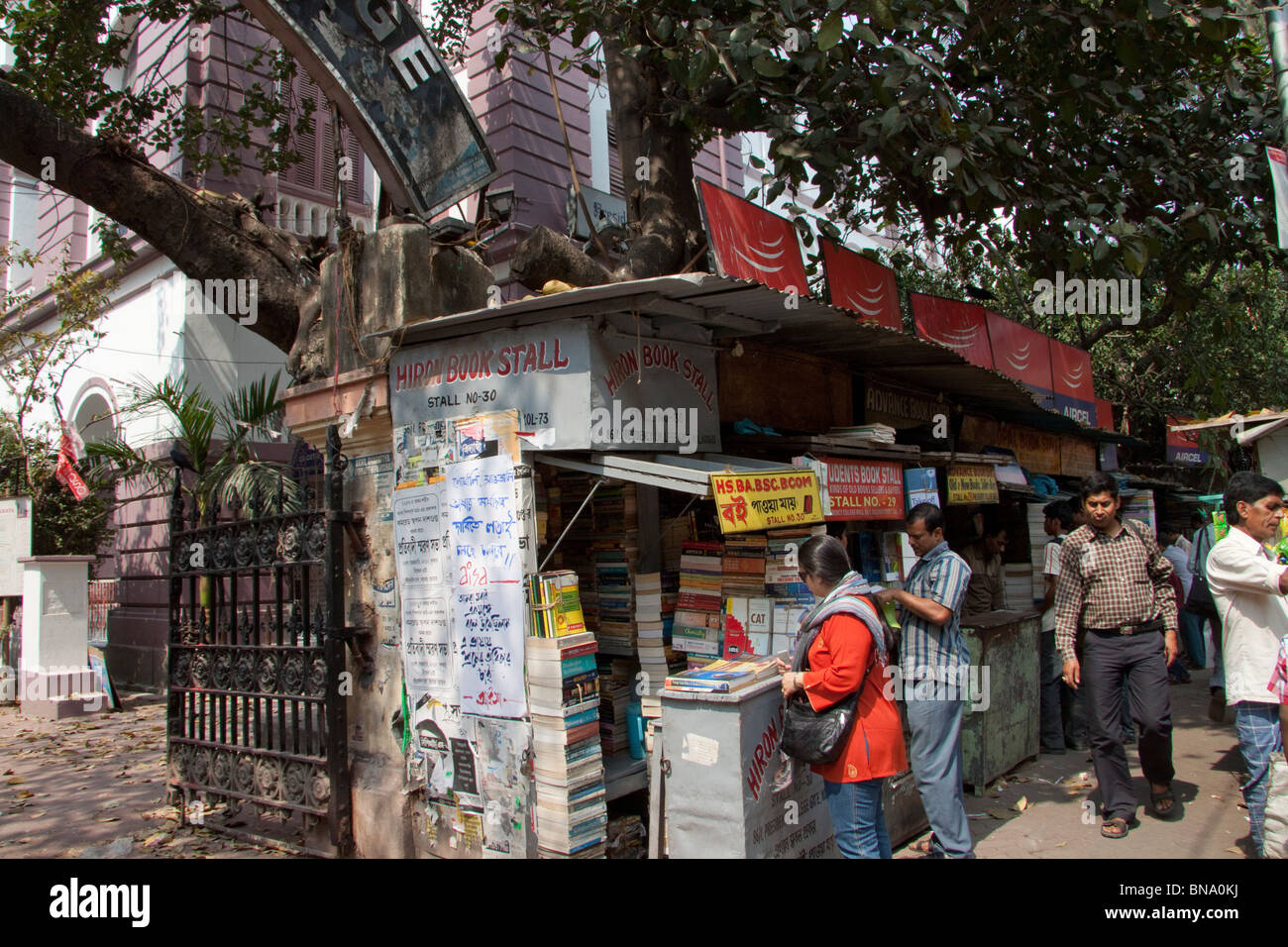 Buyers browse through books at a shop on College Street in Kolkata (Calcutta), West Bengal, India. - Stock Image