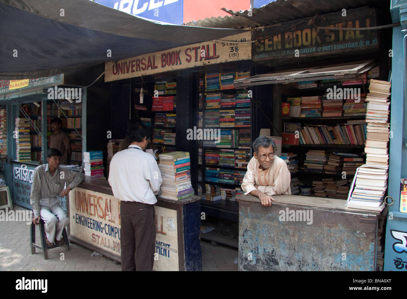 A string of book stalls on College Street in Kolkata (Calcutta), West Bengal, India. - Stock Image