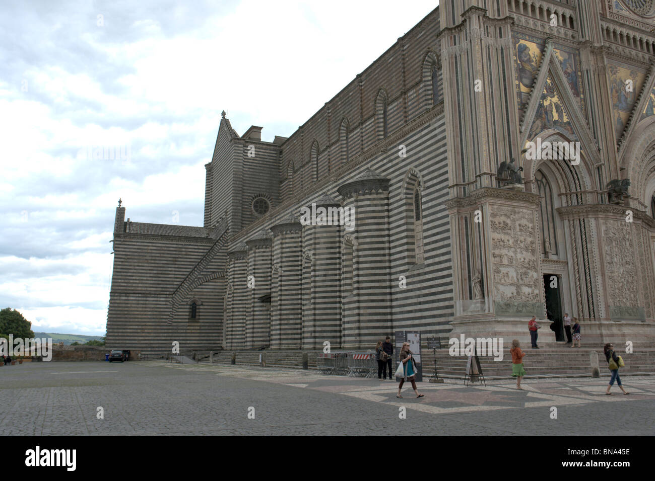 Orvieto, Italy. Side of the Duomo in two-tone stones (travertine and basalt) with buttresses. - Stock Image