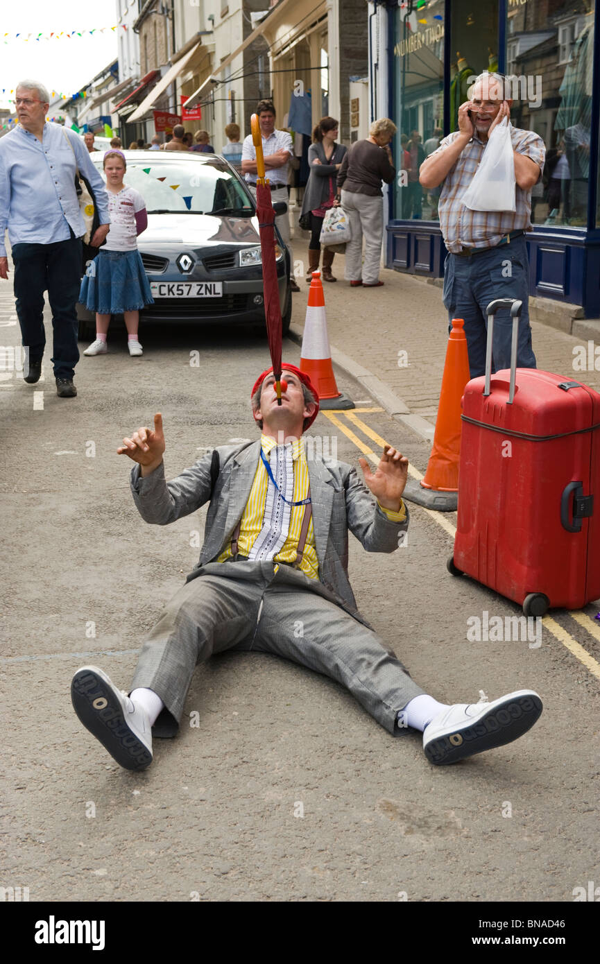 Street performer entertaining tourists in the town centre during Hay Festival 2010 Hay on Wye Powys Wales UK Stock Photo