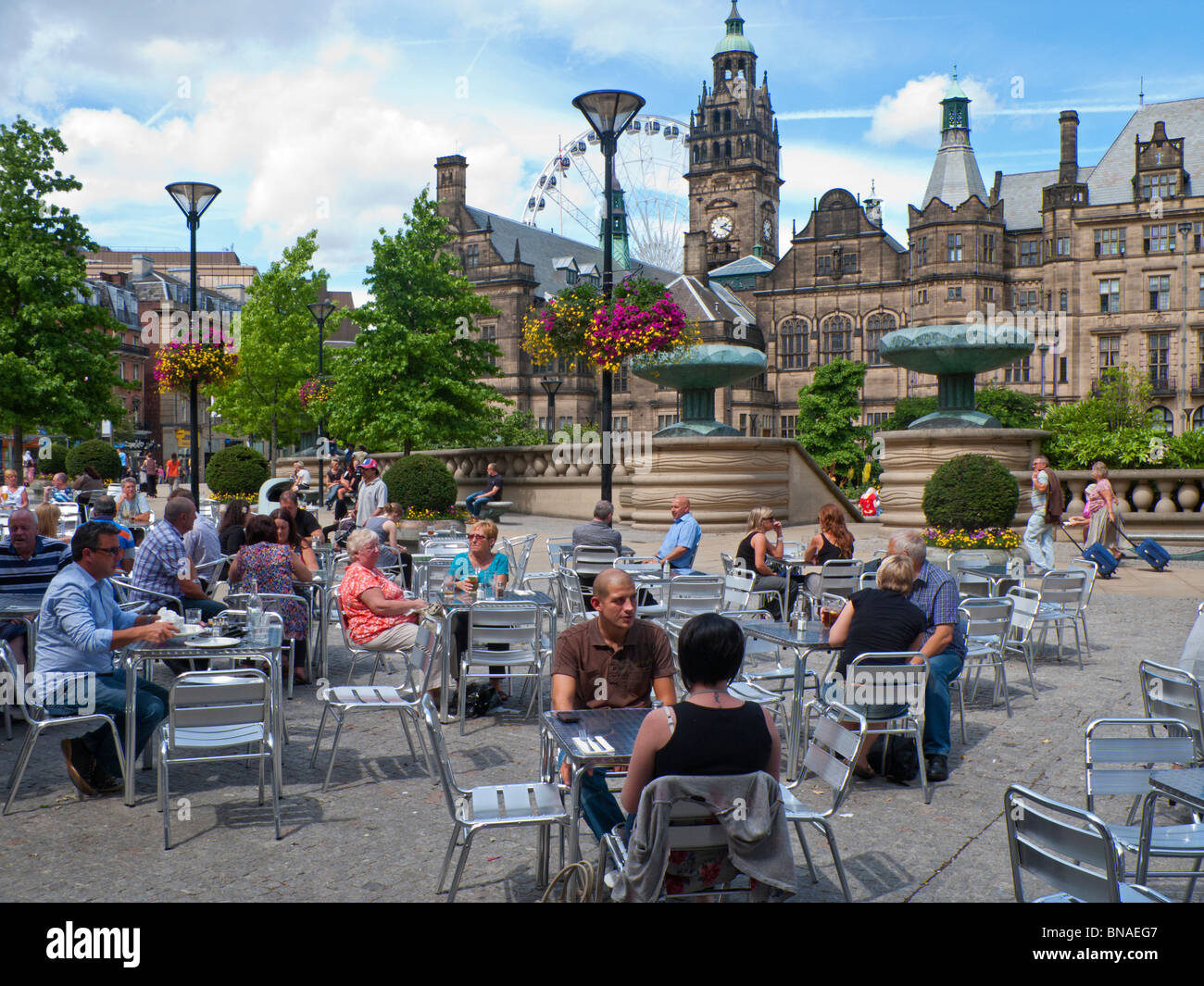 Sheffield Town Hall, Peace Gardens and Wheel with outdoor diners - Stock Image