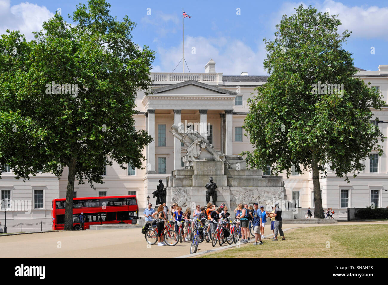 Cycle tour group and the The Royal Artillery Memorial with Lanesborough Hotel beyond - Stock Image