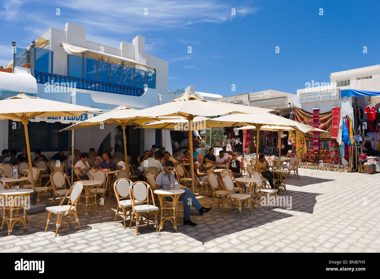 Sidewalk cafe and shops in the centre of Houmt Souk (the island capital), Djerba, Tunisia - Stock Image