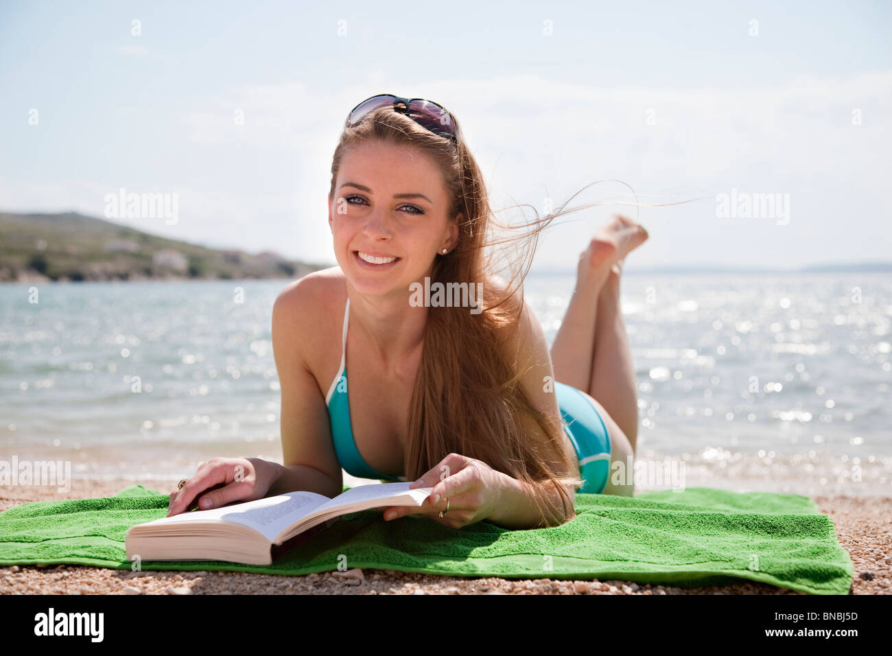 Woman reading at the beach - Stock Image
