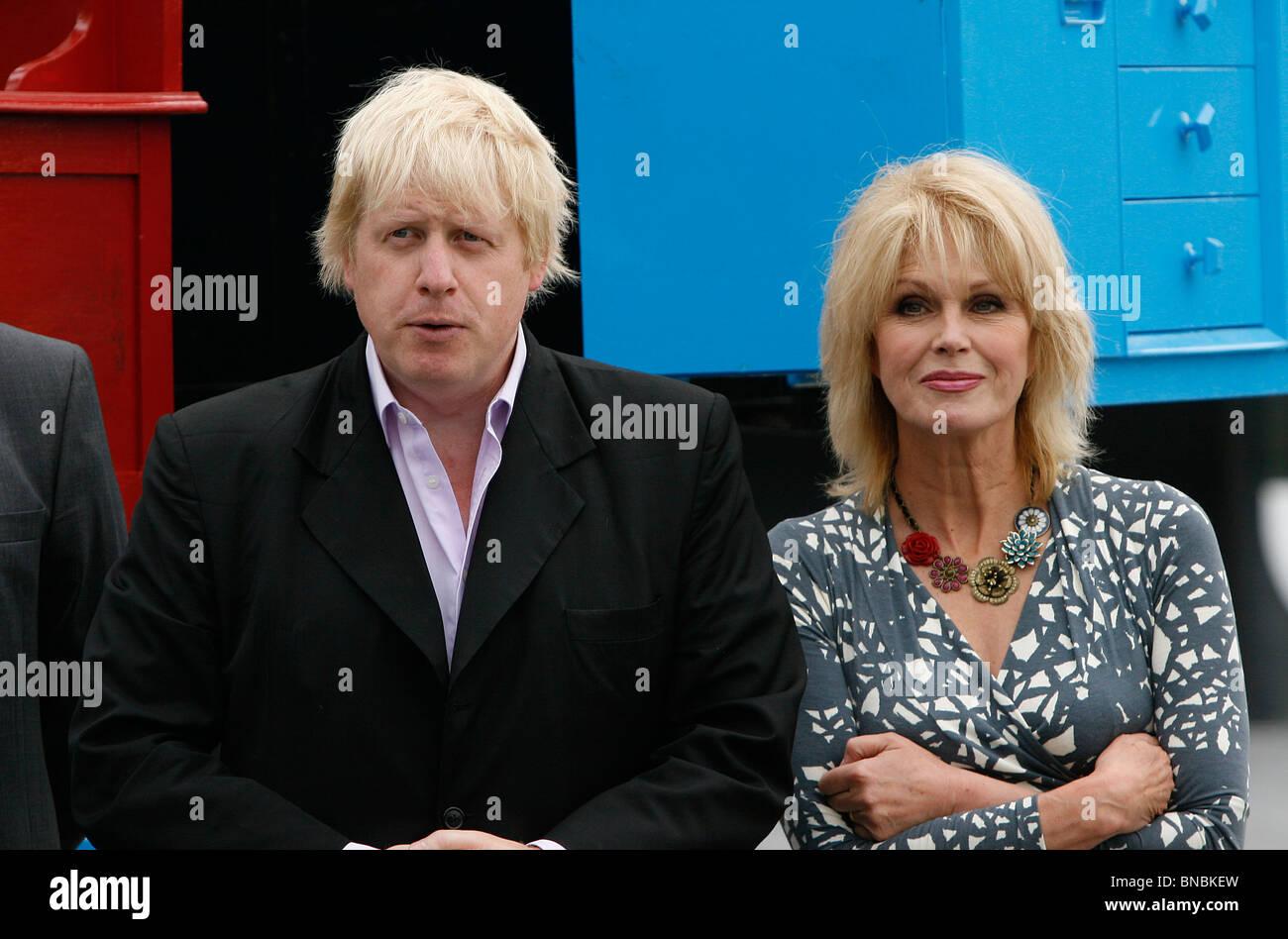 Mayor of London Boris Johnson with actress Joanna Lumley OBE outside City Hall - Stock Image