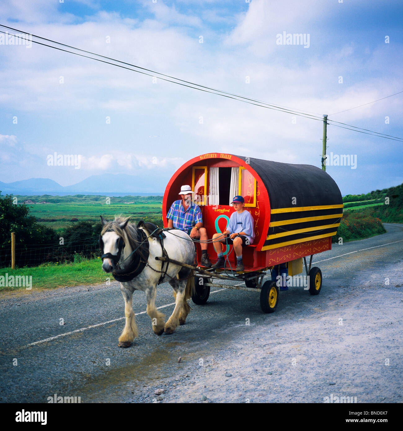 HORSE-DRAWN CARAVAN CONNEMARA COUNTY GALWAY IRELAND - Stock Image