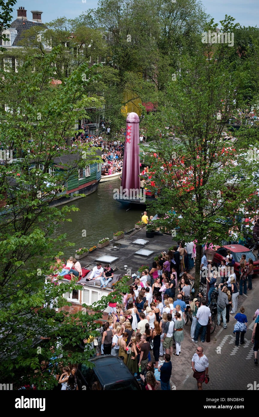 Nederland, Amsterdam, 1 Augustus, 2009 The yearly gay parade float on the Prinsengracht in Amsterdam. - Stock Image