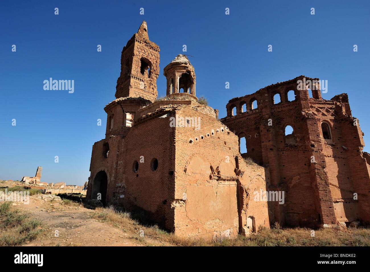 Ruinas de la Iglesia de san Martín, vista posterior, en el Pueblo Viejo de Belchite Stock Photo