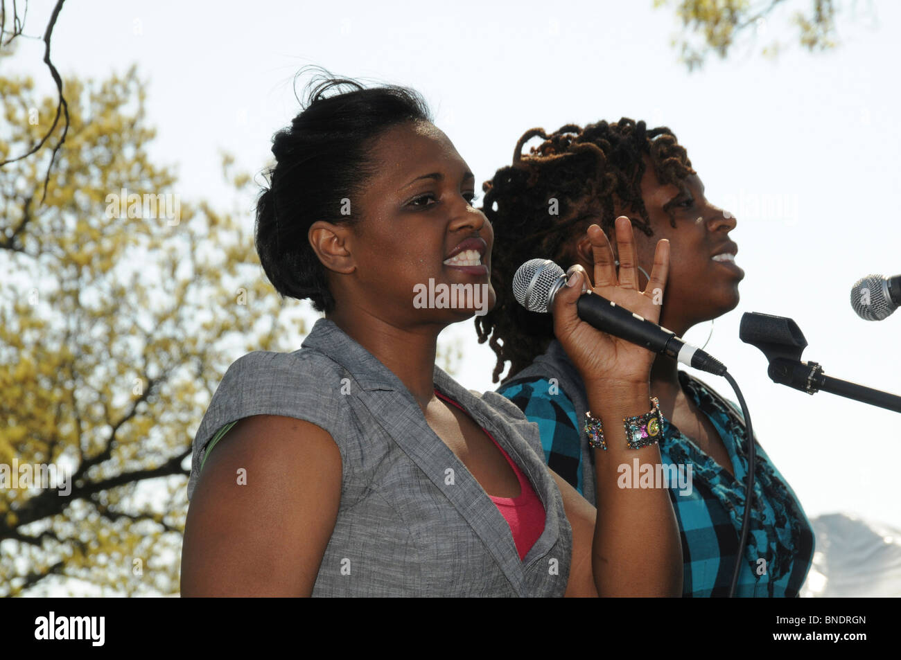 Young singer duet in Takoma Park, Maryland - Stock Image