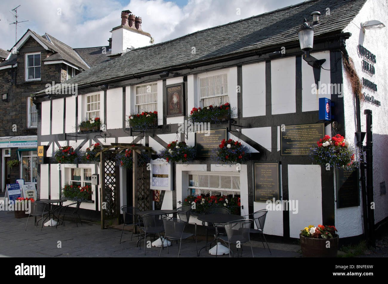 17th century Queens Head Pub Hawkshead Lake District Cumbria England - Stock Image