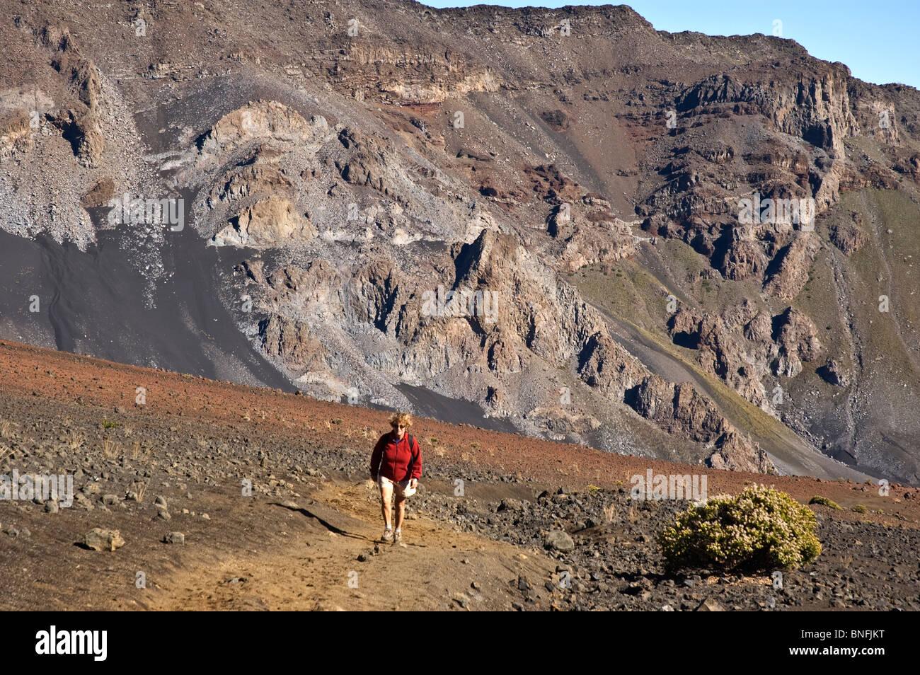 Elk284-4942 Hawaii, Maui, Haleakala National Park, crater interior, Sliding Sands Trail, model released hiker - Stock Image