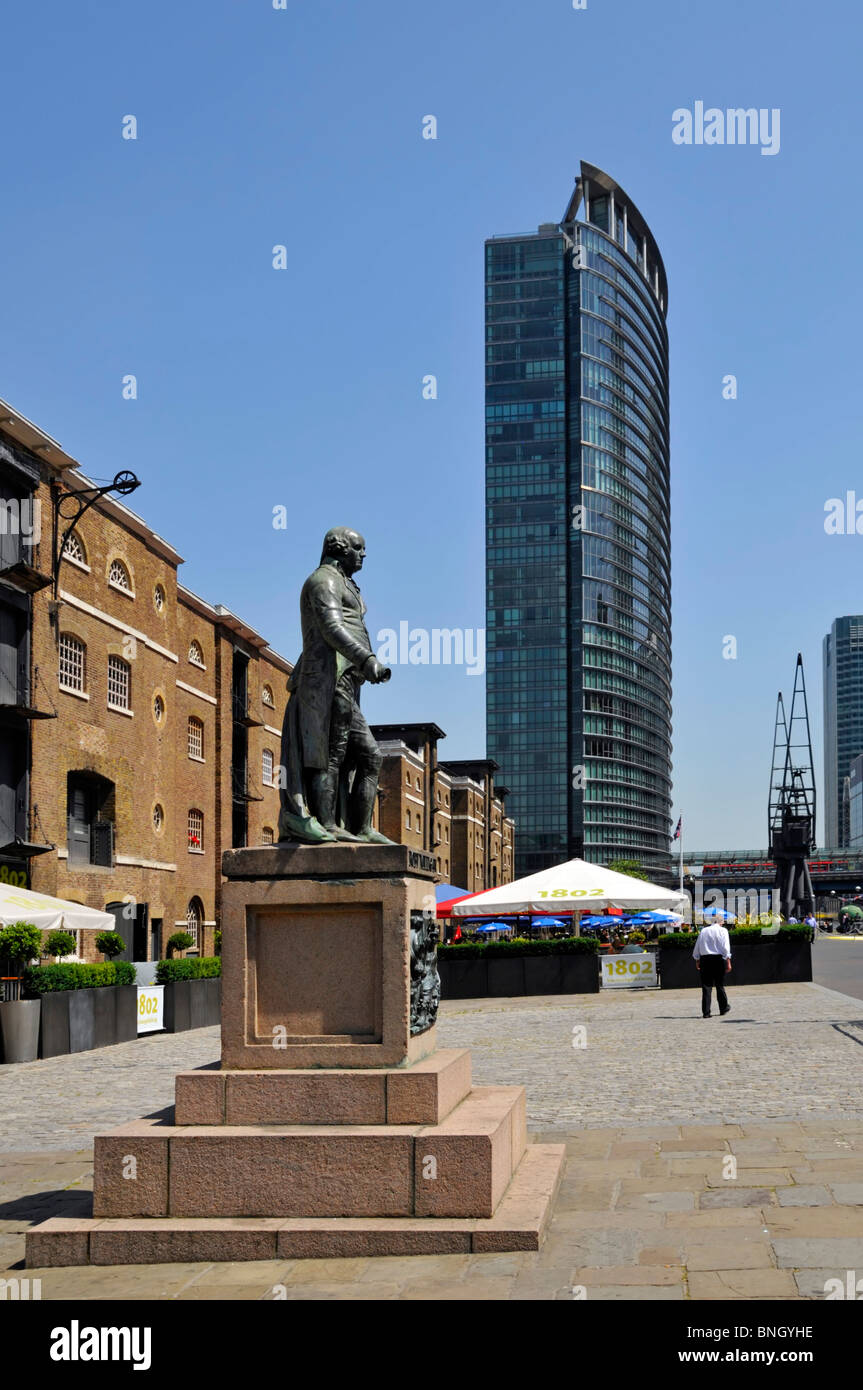 Robert Milligan statue outside Museum of London Docklands with Marriot hotel beyond - Stock Image