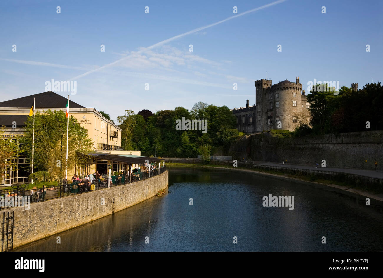 Kilkenny Castle and Riverside Bar, River Nore, Kilkenny City, Ireland - Stock Image