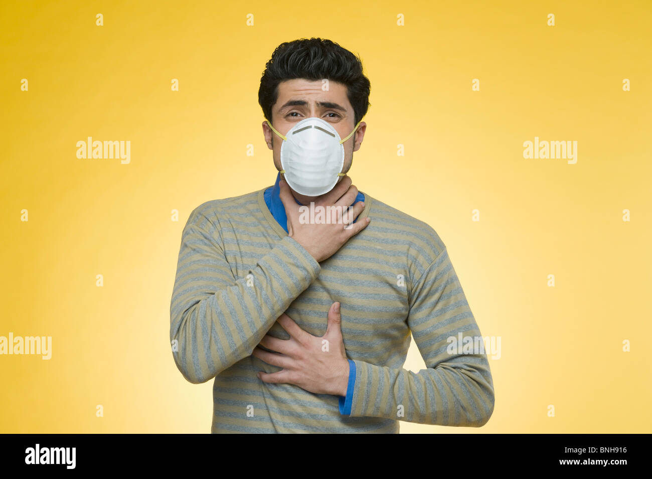Man wearing a pollution mask - Stock Image